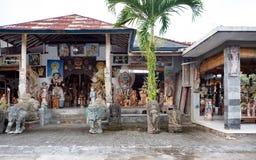 Estatuas de madera y de piedra delante de una tienda en Bali fotos de archivo libres de regalías