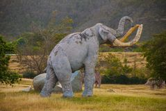 Estatuas de mamuts Modelos animales prehistóricos, esculturas en el valle del parque nacional en Baconao, Cuba Imágenes de archivo libres de regalías