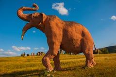 Estatuas de mamuts Modelos animales prehistóricos, esculturas en el valle del parque nacional en Baconao, Cuba Imagen de archivo