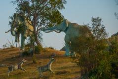 Estatuas de mamuts Modelos animales prehistóricos, esculturas en el valle del parque nacional en Baconao, Cuba Imagenes de archivo