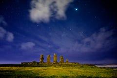 Estatuas de Moai de la isla de pascua debajo de las estrellas fotografía de archivo