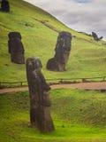 Estatuas de Moais en el volcán de Rano Rarako, isla de pascua imagenes de archivo