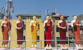 Estatuas de monjes budistas en el tejado del templo en Colombo foto de archivo libre de regalías