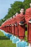 Estatuas de monjes budistas en el triunfo Sein Taw Ya Buda en Kyauktalon Taung imagenes de archivo