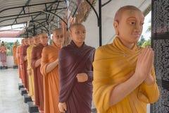 Estatuas de monjes calvos en el templo budista fotos de archivo libres de regalías