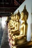 Estatuas de oro de Buda en el templo foto de archivo libre de regalías