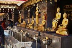 Estatuas de oro de Buda en Wat Phra That Doi Suthep, templo budista en Chiang Mai, Tailandia fotografía de archivo