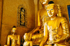 Estatuas de oro de Buda cerca de Rangún Fotos de archivo