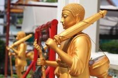 Estatuas de oro de Buda del peregrino imágenes de archivo libres de regalías