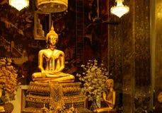 Estatuas de oro de Buda en un templo budista tailandés Imágenes de archivo libres de regalías