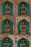 Estatuas de oro de Buda a lo largo de la pared dentro del Linh Fotografía de archivo libre de regalías