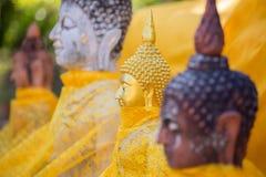 Estatuas de oro de buddha imagen de archivo