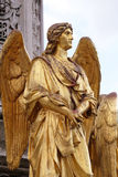 Estatuas de oro del ángel en la fuente delante de la catedral en Zagreb Imágenes de archivo libres de regalías