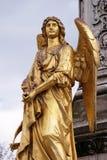Estatuas de oro del ángel en la fuente delante de la catedral en Zagreb Foto de archivo libre de regalías