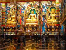 Estatuas de oro dentro del monasterio de Namdroling foto de archivo libre de regalías
