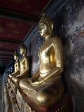 Estatuas de oro en un templo budista imagenes de archivo