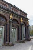 Estatuas de oro y piedras hermosas en Eremitage, palacio viejo adentro Imagen de archivo
