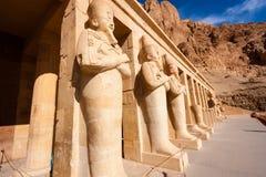 Estatuas de Osiris en el templo de Hapshetpsut foto de archivo libre de regalías