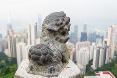 Estatuas de piedra del león y la ciudad Imagenes de archivo