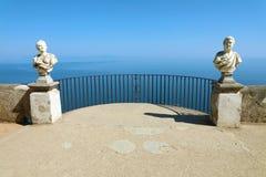 Estatuas de piedra en la terraza soleada del infinito en el chalet Cimbrone sobre el mar en Ravello, costa de Amalfi, Italia fotografía de archivo