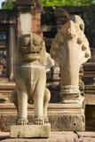Estatuas de piedra que guardan las ruinas del templo hind? en el parque hist?rico de Phimai en Nakhon Ratchasima, Tailandia fotografía de archivo