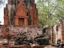 Estatuas de piedra rotas en Wat Phra Sri Sanphet Ayutthaya, Tailandia imágenes de archivo libres de regalías