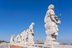 Estatuas de santos encima de la basílica del ` s de San Pedro Fotografía de archivo