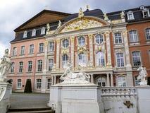 Estatuas de una esfinge, de Apolo y de la flora de Ferdinand Tietz delante del palacio electoral y del Aula Palatina en el Trier, foto de archivo