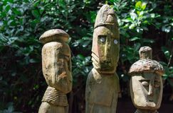 Estatuas de una tribu de la figura humana hechas de la madera imagenes de archivo