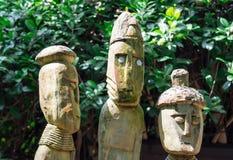 Estatuas de una tribu de la figura humana hechas de la madera foto de archivo