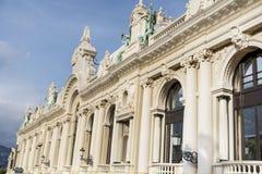 Estatuas decorativas en el tejado de Monte Carlo Casino imagen de archivo