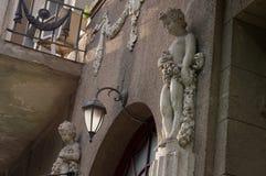 Estatuas del Bacchus (Dionysus) con las uvas en sus manos contra r imagen de archivo