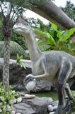 Estatuas del control de los huevos de dinosaurio fotografía de archivo libre de regalías