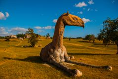Estatuas del dinosaurio en el campo Modelos animales prehistóricos, esculturas en el valle del parque nacional en Baconao, Cuba Fotografía de archivo libre de regalías