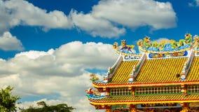 Estatuas del dragón del tejado del estilo chino y leones chinos del arte Lapso de tiempo
