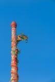 Estatuas del dragón verde en polo rojo delante del templo chino Foto de archivo