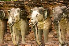 Estatuas del elefante en el parque histórico de Sukhothai, Tailandia Foto de archivo libre de regalías
