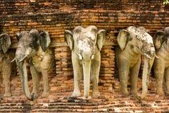 Estatuas del elefante en el parque histórico de Sukhothai, Tailandia Imagen de archivo