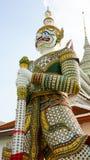 Estatuas del guarda del demonio en el templo budista de Wat Arun en Bangkok, Tailandia Imagen de archivo libre de regalías