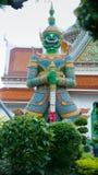 Estatuas del guarda del demonio en el templo budista de Wat Arun en Bangkok, Tailandia Imágenes de archivo libres de regalías
