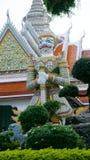 Estatuas del guarda del demonio en el templo budista de Wat Arun en Bangkok, Tailandia Fotos de archivo
