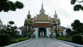 Estatuas del guarda del demonio en el templo budista de Wat Arun en Bangkok, Tailandia Foto de archivo
