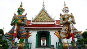 Estatuas del guarda del demonio en el templo budista de Wat Arun en Bangkok, Tailandia Foto de archivo libre de regalías
