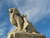 Estatuas del león y del niño imágenes de archivo libres de regalías