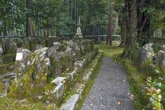 Estatuas del monje budista japonés en Sekizan Zen-en, templo japonés en Kyoto imagenes de archivo