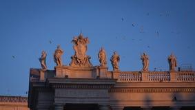 Estatuas del santo de la basílica del ` s de San Pedro en las columnatas Fotografía de archivo libre de regalías
