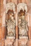 Estatuas del santo Rupert y del santo Erentrude en el portal del th Foto de archivo