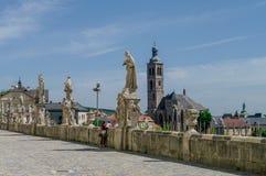 Estatuas delante de la universidad de la jesuita en Kutna Hora, República Checa fotografía de archivo