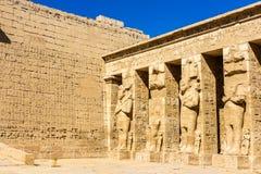 Estatuas egipcias antiguas en el templo mortuorio de Ramses III foto de archivo libre de regalías