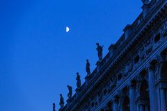 Estatuas en cielo nocturno foto de archivo